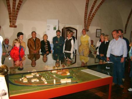 (10) Besucher im Museum