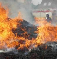 Hunderte Ballen in Flammen