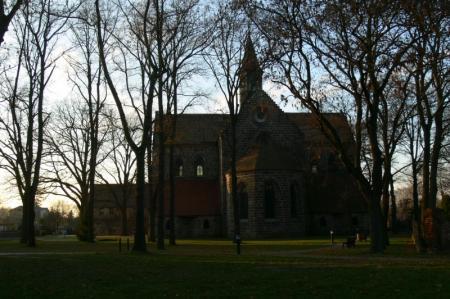 (24) Kirche abends