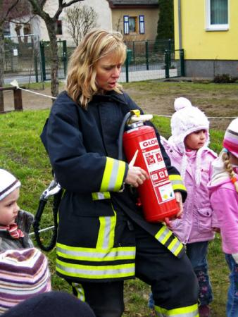 Feuerwehrfrau mir Feuerlöscher