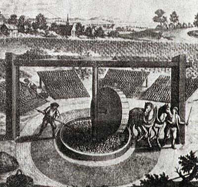 Eine typische thüringer Waidmühle im Hintergrund die Ballen auf den Horden.