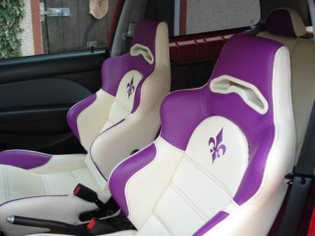 Autositz mitbestickter Lilie