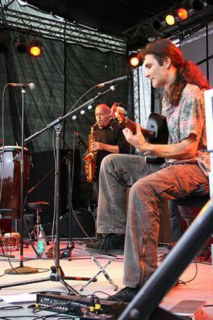 Ein Saxophonist und ein Gitarrist musizieren auf der Bühne