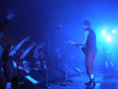 Blau beleuchtete Bühne