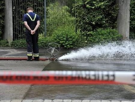 Feuerwehr pumpt Wasser