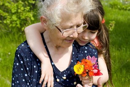 Foto_Demographie-Oma mit Enkelin