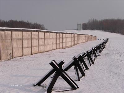 Schneebedecktes Grenzdenkmal