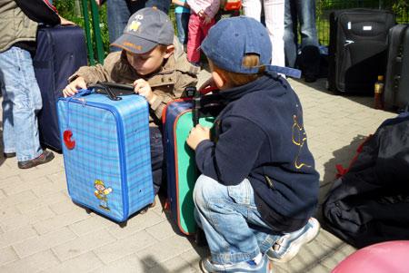 Kinder mit Reisetaschen