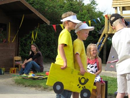 Zwei Kinder spielen Post