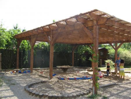 Sandspielplatz mit neuem Sonnenschutz