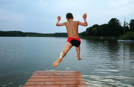Junge springt