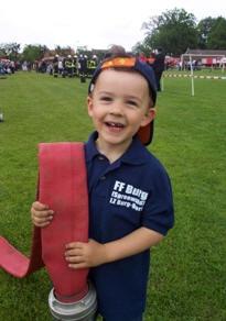 Kind mit Feuerwehrschlauch
