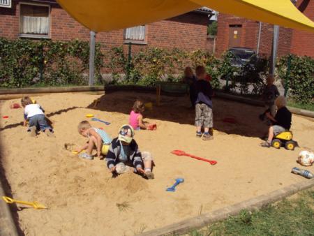 Kinder Sandkasten bmp.