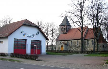 Feuwerwehrgeärtehaus und Kirche