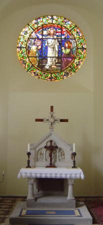 Altar mit rundem Bleiglasfenster