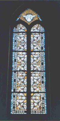 Kirchenfenster mit Credo-Text