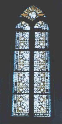 Kirchenfenster mit Lobpreis-Text