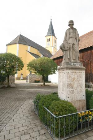 Kriegerdenkmal u Pfarrkirche St  Nikolaus in Reichertshofen.jpg