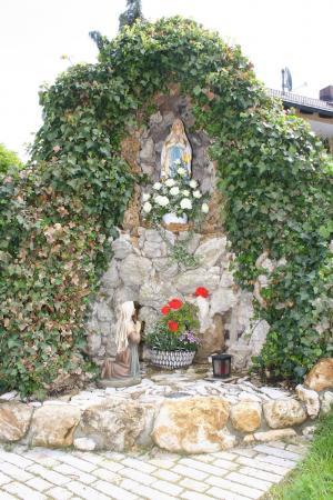 Lourdesgrotte im Ortsteil Reichertshofen.jpg