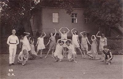 Die Turnerinnen-Abteilung vor dem ehemaligen Bürgermeisterhaus auf dem Amtshof anlässlich des Turnfestes im Juli 1927