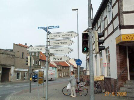 Schilder an einer Kreuzung in Perleberg