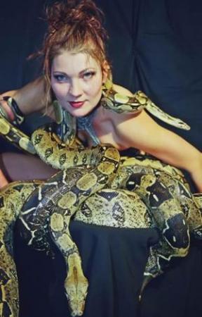 Schlangentänzerin Katharina 2