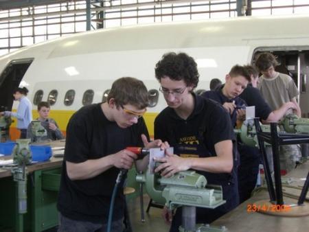 Schüler beim bearbeiten von Metall