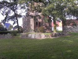 Kirchplatz mit Gedenkstein