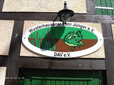 Schild mit einem Hecht und der Aufschrift Wusterhausener Petri Jünger e.V.