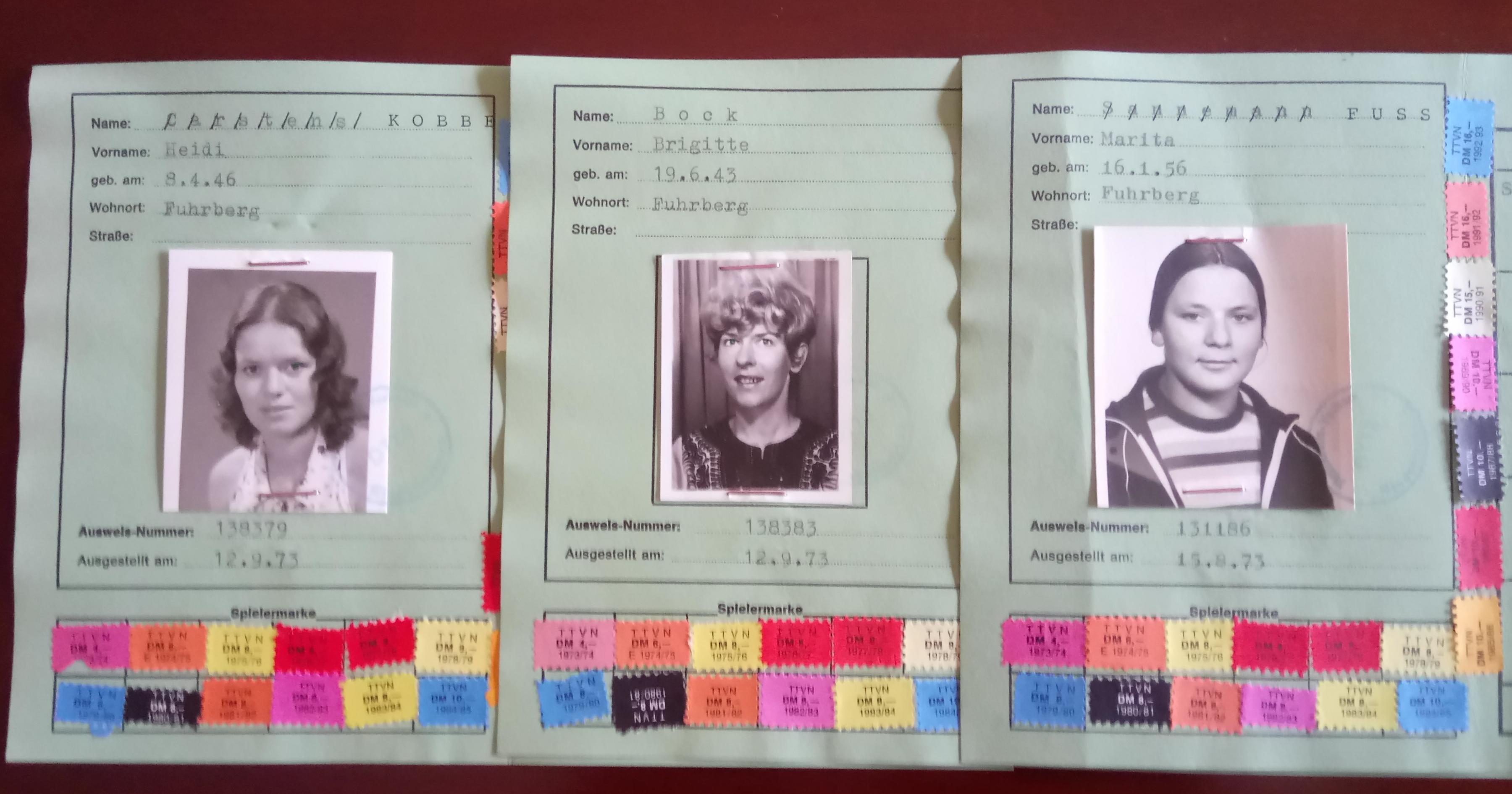 Spielerpässe, von links: Heidi Kobbe, Brigitte Bock und Marita Fuß