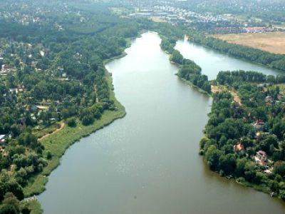Direkt über dem Falkenhagener See (Teilstück) und dem Neuen See