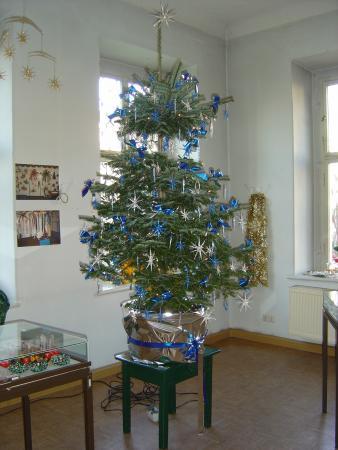 Christbaum mit blauem Filigranschmuck