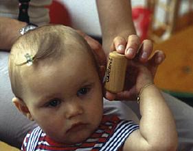 Baby hört Rassel