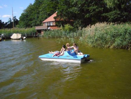 Tretboot vor Bootshaus